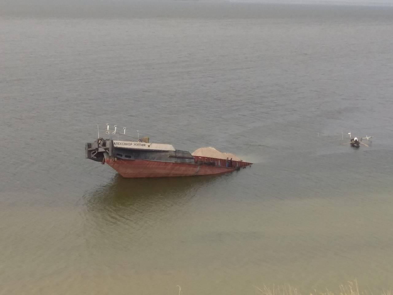 ВУкраинском государстве затонула баржа снефтью