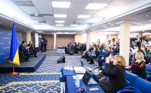 Кабмин планирует в наступающем 2018 поднять среднюю заработную плату до 10 000 грн